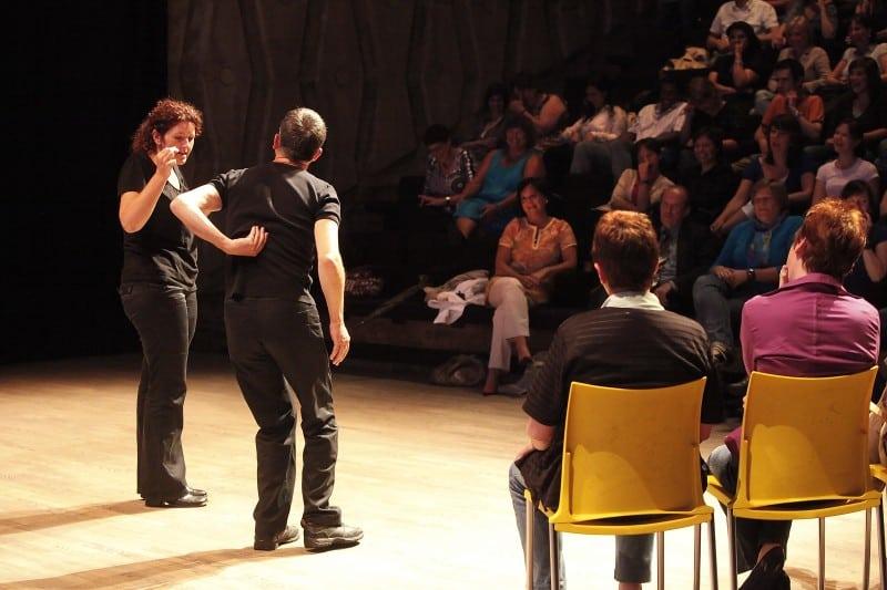 Thematisch improvisatietheater als luchtige reflectie over de aanwezige groep: wie zijn we, waar blikken we op terug, waar gaan we naartoe?